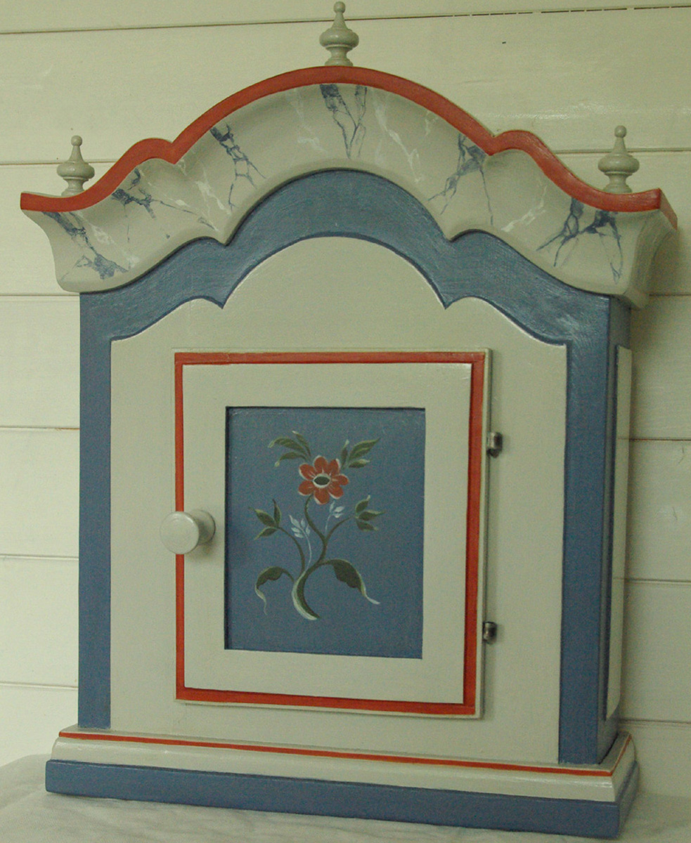 Hängskåp allmoge Hälsinge inspiration / Wall cabinet inspired by the Folkart paintings from Hälsingl
