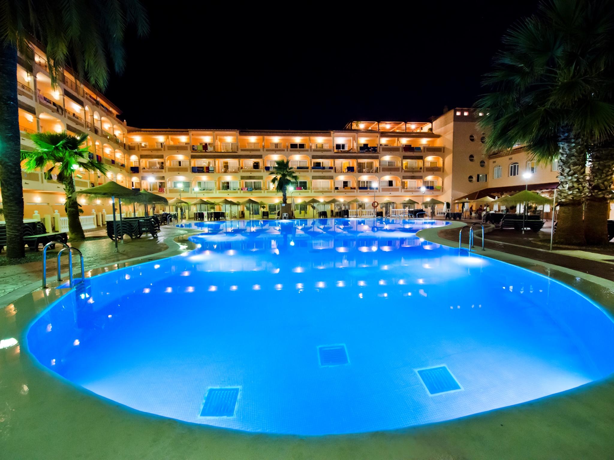 Vista piscina de noche3322jpg